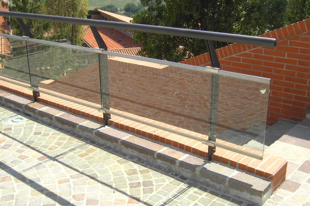http://progecostrutture.com/wp-content/uploads/2016/07/parapetto_acciaio_vetro_san_marino_210405.jpg