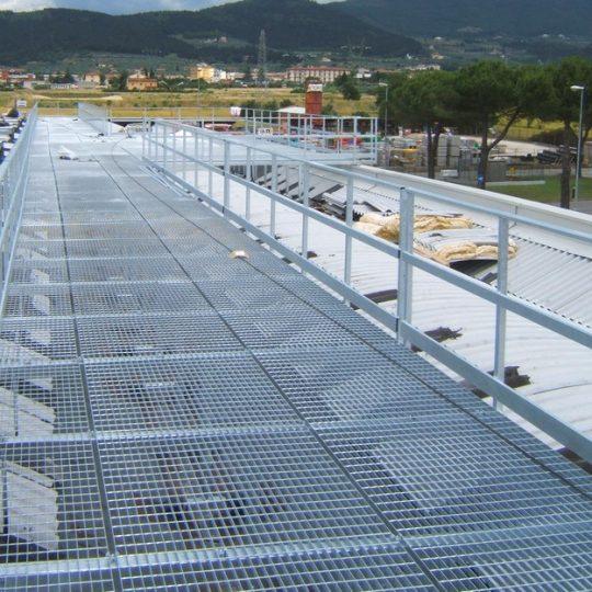 http://progecostrutture.com/wp-content/uploads/2016/07/passerella_in_acciaio_camminamento_in_grigliato_firenze77299-540x540.jpg