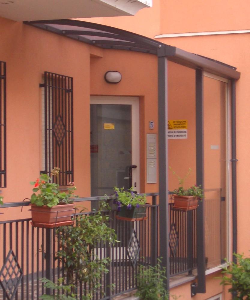 http://progecostrutture.com/wp-content/uploads/2016/07/pensilina_in_alluminio_copertura_policarbonato_san_marino_186286.jpg