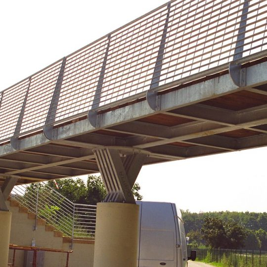 http://progecostrutture.com/wp-content/uploads/2016/07/ponte_con_struttura_in_acciaio_e_piano_di_calpestio_in_legno_pesaro166283-540x540.jpg