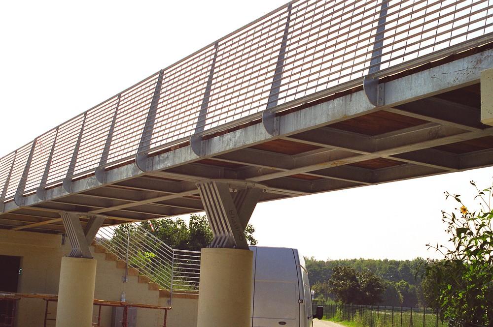 http://progecostrutture.com/wp-content/uploads/2016/07/ponte_con_struttura_in_acciaio_e_piano_di_calpestio_in_legno_pesaro166283.jpg