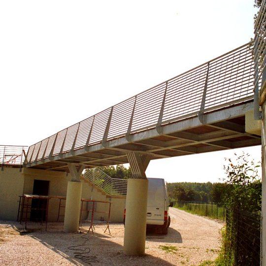 http://progecostrutture.com/wp-content/uploads/2016/07/ponte_con_struttura_in_acciaio_e_piano_di_calpestio_in_legno_pesaro271089-540x540.jpg