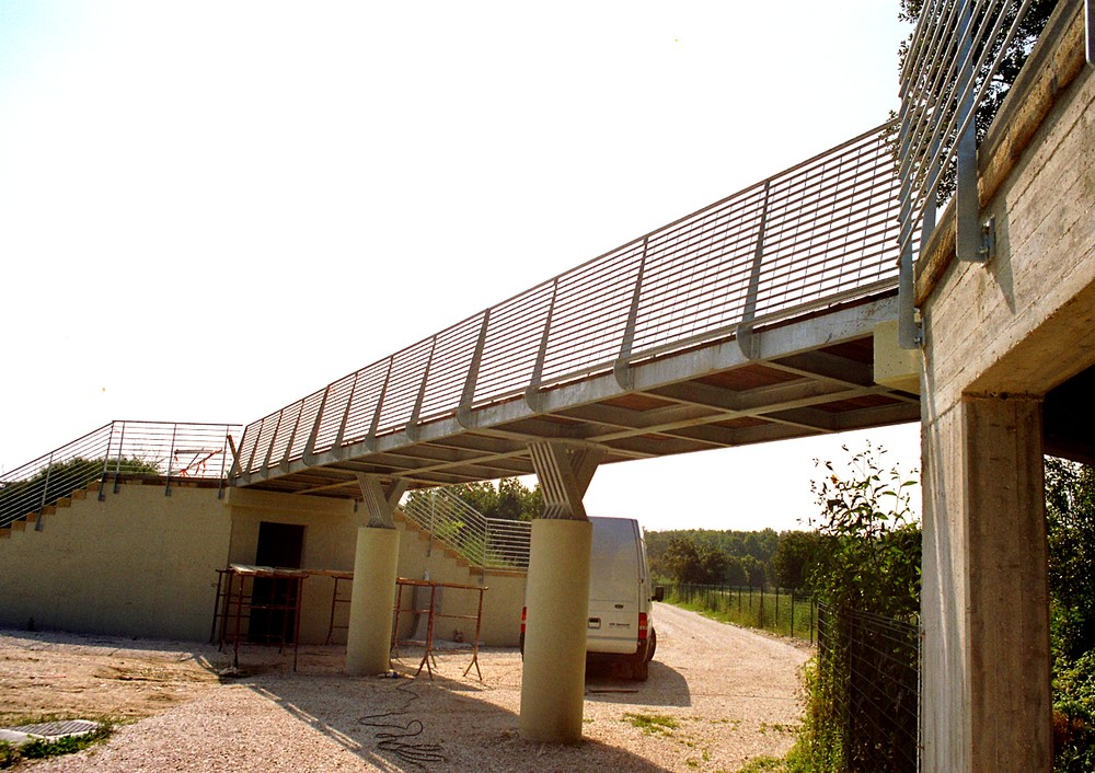 https://progecostrutture.com/wp-content/uploads/2016/07/ponte_con_struttura_in_acciaio_e_piano_di_calpestio_in_legno_pesaro271089.jpg