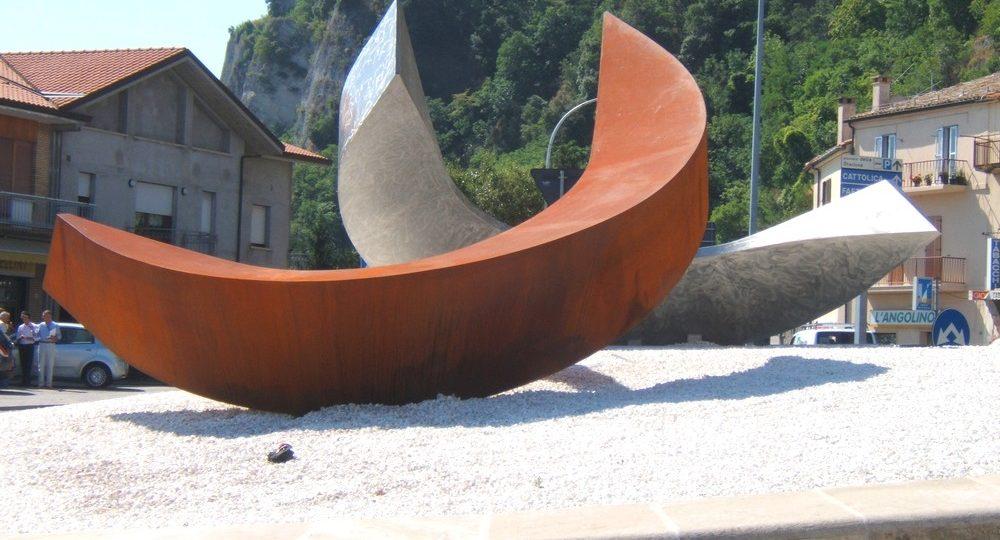http://progecostrutture.com/wp-content/uploads/2016/07/scultura_in_acciao_inox_acciao_corten_realizzata_in_occasione_del_semestre_di_presidenza_sammarinese_ideata_da_leonardo_blanco_san_marino_165846-1000x540.jpg