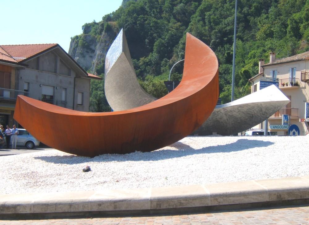 scultura_in_acciao_inox_acciao_corten_realizzata_in_occasione_del_semestre_di_presidenza_sammarinese_ideata_da_leonardo_blanco_san_marino_165846.jpg