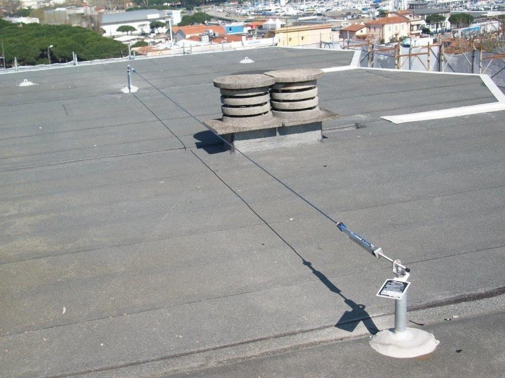 https://www.progecostrutture.com/wp-content/uploads/2016/07/sistema_di_protezione_anticaduta_linea_vita_con_palo_rigido_ed_assorbitore_di_energia_36271.jpg