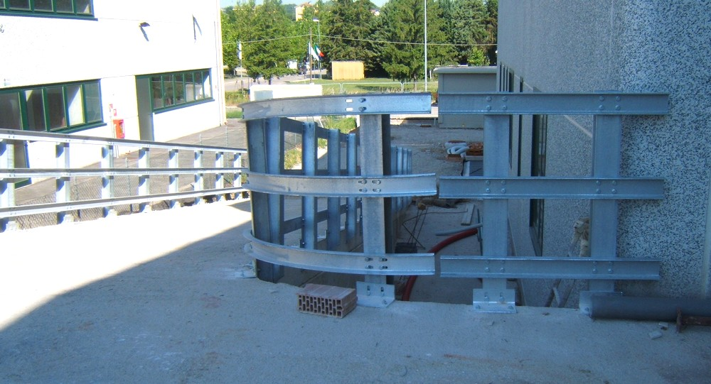 http://progecostrutture.com/wp-content/uploads/2016/07/struttura_in_acciaio_per_guardrail_rimini_183148.jpg
