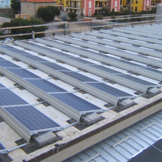 http://progecostrutture.com/wp-content/uploads/2016/07/struttura_per_impianto_fotovoltaico_con_staffe_in_acciaio_civitanovamerche176257-540x540.jpg