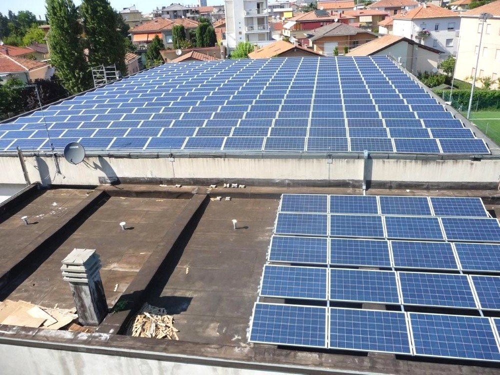 https://progecostrutture.com/wp-content/uploads/2016/07/struttura_per_impianto_fotovoltaico_con_staffe_in_acciaio_rimini_316772.jpg